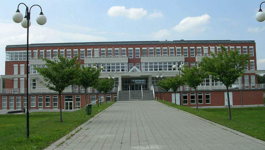 University of Hradec Kralove (Pavel Vozenlinek Cc by 2.0 https://commons.wikimedia.org/wiki/File:New_building_of_University_of_Hradec_Kralove,_Czech_Republic.jpg)