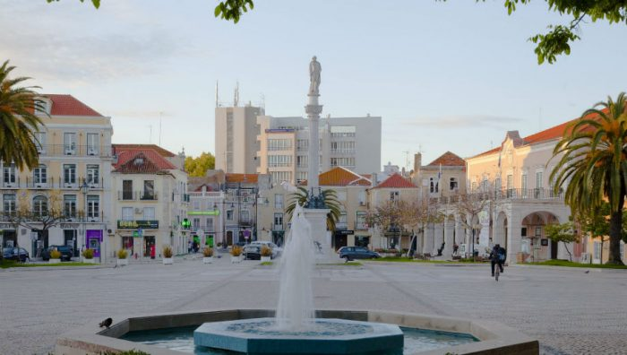 Setúbal (Poco a poco CC by 2.0 https://commons.wikimedia.org/wiki/File:Plaza_del_ayuntamiento,_Set%C3%BAbal,_Portugal,_2012-05-11,_DD_02.JPG)